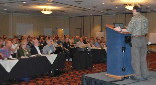 Detalle del público participante durante la presentación de Dean Radin del Instituto de Ciencias Noéticas de Petaluma, evaluó su estudio sobre la conciencia y el efecto de doble rendija.