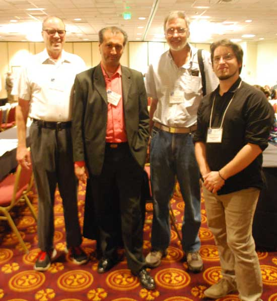 Alejandro Parra junto a Jim Kennedy (izq.), James McClenon (dentro) del Virginia Beach Psychiatric Center en Chesapeake en Virginia, y Renaud Evrard (derecha) de la Universidad de Lorena en Nancy (Francia).