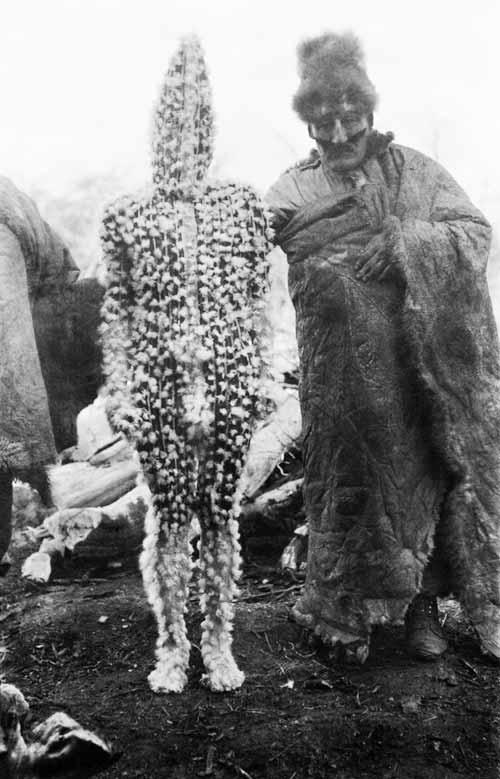El hechicero Tenesésk junto a Xalpen, espíritu asistente a las ceremonias de iniciación, quien demostró poseer notables experiencias psíquicas, como premoniciones y telepatía.
