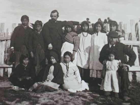 El misionero inglés Thomas Bridges. (1842-1898), en su misión junto a fueguinos evangelizados para quienes tradujo el evangelio de Lucas, el de Juan y los Hechos de los Apóstoles al idioma yagán, fue el primer hombre blanco en vivir en Tierra del Fuego. Tras abandonar la misión que había fundado en la ciudad de Ushuaia, en 1886 fundó la Estancia Harberton. Tanto Alberto de Agostini como Bridges se encargaron de eliminar las falacias de Charles Darwin respecto que los selk'nam eran bestias y caníbales.