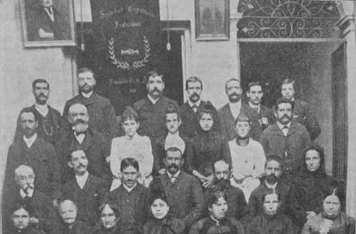A pedido de varios hermanos de <I>La Fraternidad</I>, ilustramos el presente n&uacute;mero con este grupo sacado en el a&ntilde;o 1881 de varios socios fundadores, que muchos de ellos ya no existen [Fuente: <I>La Fraternidad</I>, A&ntilde;o V, Nº 71, Segunda &Eacute;poca, diciembre de 1904].