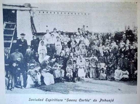 """Este a&ntilde;o como los anteriores, solemniz&oacute; en Sociedad Saenz Cort&eacute;s su aniversario con una velada en la que se distribuy&oacute; ropa y comida a los pobres del pueblo de Pehuaj&oacute;. Por nuestra parte felicitamos sinceramente a nuestros hermanos y que tengan estas manifestaciones de caridad muchos imitadores"""". [Fuente: <I>La Fraternidad</I>, A&ntilde;o V, Nº 70, Segunda &Eacute;poca, noviembre de 1904]."""