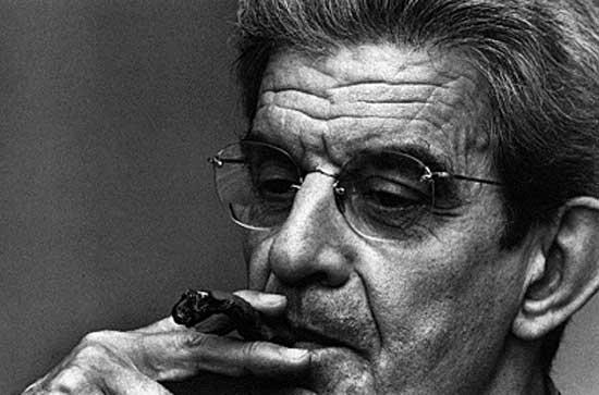 Jacques-Marie Émile Lacan (1901-1981) fue un médico psiquiatra y psicoanalista francés conocido por los aportes teóricos que hizo al psicoanálisis basándose en la experiencia analítica y en la lectura de Freud, incorporando a su vez elementos del estructuralismo, la lingüística estructural, la matemática y la filosofía. Lacan, consdierado el psicoanalista más famoso del siglo XX después de Sigmund Freud, aquí soplando su famoso cigarro torcido la práctica que copió de Freud dándole, literalmente, un giro.