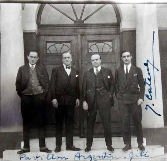 Un grupo de becarios argentinos en Paris (1929). Efrón, es el primero de la izquierda.