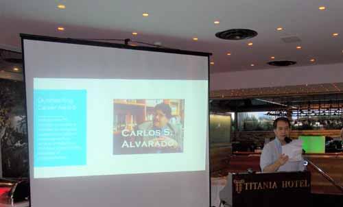 Etzel Cardeña recibe el Premio a la Trayectoria a favor de Carlos Alvarado.