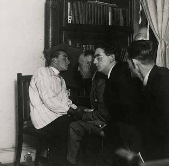 Efrón participó de las sesiones del medium austrìaco Rudy Schneider en el Instituto Metapsìquico de Paris.