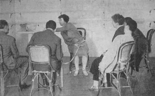 Efron participó activamente de sesiones mediúmnicas de Stanislawa Polielska junto a Jean Meyer y Eugène Osty en el IMI. Efron y Osty idearon un dispositivo para capturar a la medium a oscuras dejando en evidencia cuando intentaba mover fraudulentamente un objeto con sus manos (Fotografìa publicada por Musso, 1954).