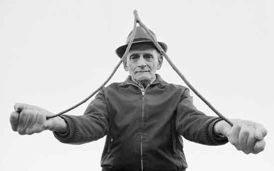 """Un procedimiento es la radiestesia, esto es, la evocación de respuestas mediante el uso de movimientos ideomotores magnificados por un dispositivo físico, como las varillas en forma de """"L"""" o un péndulo."""
