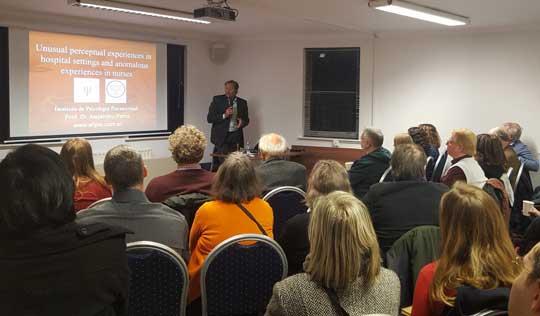 Presentación en la Society for Psychical Research (SPR) a cargo de Dr. John Poynton.