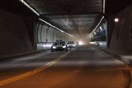 """Gracias a los dispositivos que capturan el tiempo que toma a los automóviles atravesar un túnel, el investigador Elmar Gruber pidió a un grupo que use su """"intención"""" para que los automovilistas aceleren cuando pasaban por aquel tunel durante ciertos momentos (o """"bloques de tiempo"""") elegidos al azar en tanto que otros """"bloques"""" sirvieron como períodos de control. Gruber encontró un efecto significativo, es decir, los automóviles se movían más rápido a través del túnel durante los períodos en los que se les """"enviaba la intención de acelerar"""" en comparación con los períodos de control (sin intención)."""