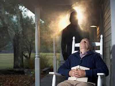 """La sensación de presencia podría ser comprendida como una experiencia que genera """"la ilusión sensorial de sentirse acompañado"""" lo cual podría ser una experiencia compensatoria para tolerar el temor a la soledad, sobretodo si el individuo se encuentra sólo o atemorizado."""
