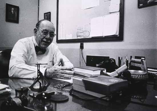 """Edwin G. Boring (1886-1968) influenció a varias generaciones de psicólogos en los Estados Unidos. En su libro A history of experimental psychology (1957) la investigación psíquica era considerada como una """"periferia"""" de la psicología, y solo se mencionaba en notas al final de un capítulo."""