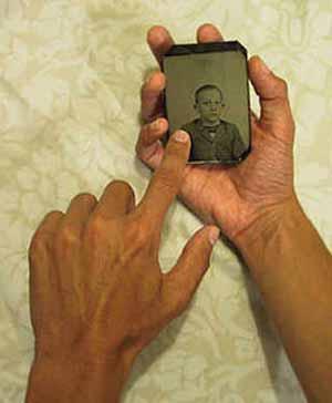 El uso de un objeto personal (por ejemplo, una prenda de vestir) o la fotografía de la persona objetivo puede ser un detonante apropiado.