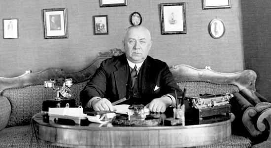 Ossowiecki nació en una familia acomodada de alto prestigio social. Su padre, había sido asistente del químico Mendeleyev y su madre de la nobleza de Polonia. Su madre y su abuela tenían fama de ser un poco psíquicas, y uno de sus hermanos practicaba escritura automática.