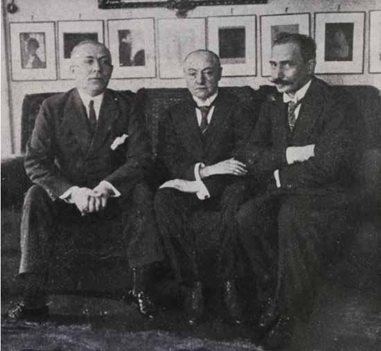 Ossowiecki había manifestado talentos psíquicos en su juventud, que al inicio generó gran confusión en su familia. Ossowiecki (der.) junto a Geley (centro) y al médium Kluski (Der.) en el Instituto Metapsíquico de Paris (circa 1920). Dos notables que acreditaron sus capacidades fueron los médicos franceses Gustav Geley y el Premio Nobel Charles Richet.