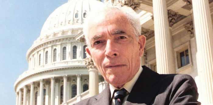 Senador Claiborne Pell (1918-2009), político y escritor estadounidense electo de Rhode Island por el Partido Demócrata y miembro del Comité de Relaciones Exteriores del Senado, apoyó el programa de visión remota del Gobierno de los Estados Unidos y era un firme defensor de la percepción extrasensorial.