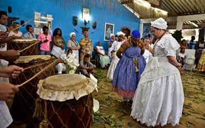 """En la década del veinte la Umbanda, una religión brasileña constituida en por elementos del candomblé, del espiritismo y del catolicismo, era frecuentada por """"blancos"""". Hay relatos de vivencias extraordinarias involucrando eventos anómalos de conocimiento y de efectos físicos hechos, no sólo por adeptos de religiones mediúmnicas, sino también por personas de la población general que tienen miedo de reportar sus experiencias por temor a ser etiquetadas de locas."""