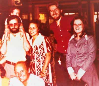 Foto familiar. Pedro González-Quevedo (economista y primo de OGQ, en la foto con el niño) llegó a ser una de sus principales autoridades del CLAP, como profesor, investigador y Director Gerente. De pie (segundo a la izq.), el autor en sus primeros años en San Pablo, Brasil, en una foto en el CLAP junto a OGQ.