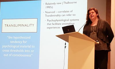 Annalisa Ventola analizó casos poltergeist donde propone un modelo no patológico.