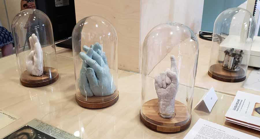 El Institut Métapsychique International exhibió diversos aparatos empleados en su historia, incluso moldes generados por el médium Jean Guzik.