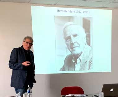 """Eberhard Bauer describió el uso del concepto de """"higiene mental"""" por parte de Hans Bender para asociar la investigación parapsicológica con una función social profiláctica, luchar contra las supersticiones, pero también mejorar el diagnóstico diferencial de experiencias perturbadoras con referencias a lo paranormal."""