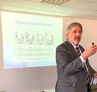 Walter von Lucadou describió el modelo teórico focalizado en el continuo entre los fenómenos psicosomáticos internos (trastornos de incorporación) y fenómenos psicosomáticos externos (casos poltergeist).
