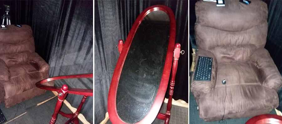 La cámara de psicomanteum creada por Simmonds-Moore y sus colegas. Se colocó una silla reclinable dentro de una sala, con las paredes y el techo cubiertos con material de terciopelo negro, y un espejo grande frente a la silla reclinable en un ángulo de 45 grados con una pequeña lámpara regulable en la parte posterior.