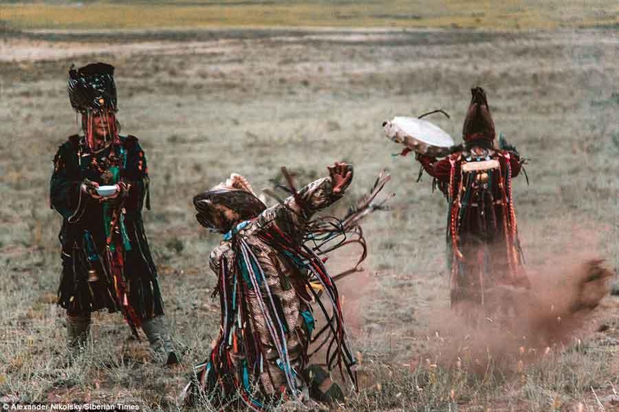 Las prácticas rituales chamánicas contribuyen a la interrupción de las funciones cerebrales. Los principales candidatos para producir estos efectos son tocar el tambor y bailar, que pueden excitar el sistema vestibular mediante una estimulación excesiva.