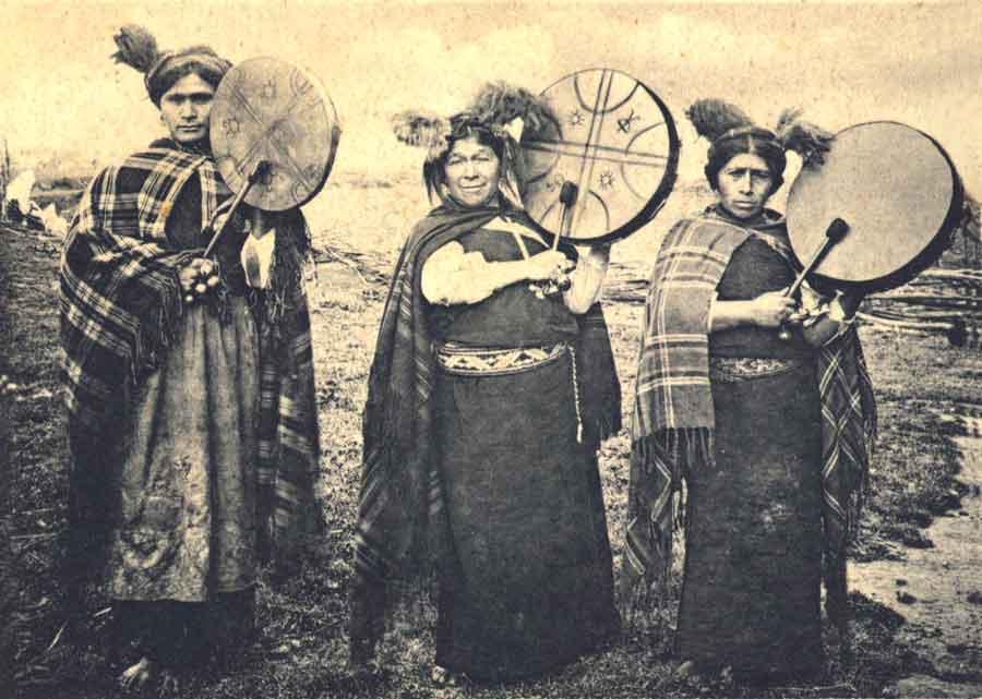 Las machis son las chamanas del sur argentino en la comunidad mapuche. Las actividades que pueden inducir este modo integrador de conciencia son correr largas distancias; la conducción auditiva inducida por los tambores (como el Kultrun, frecuentemente usado en ritos de fertilidad), el canto y la danza; austeridad (por ej. ayuno, privación de agua, falta de sueño y privación sensorial).