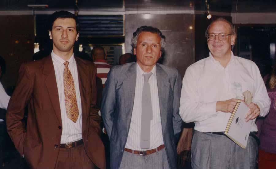 Alejandro Parra (izq.), Jorge Villanueva (centro) y Raymond Moody (der.) durante un encuentro en Buenos Aires en 1995, cuando Moody presentaba su libro Reunions basado en sus experiencias con la cámara de psicomanteum.