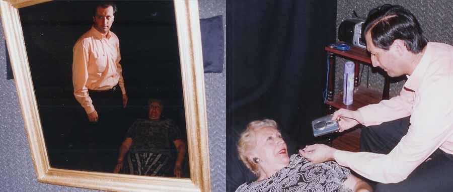 """La técnica psicomanteum facilita el proceso de duelo mediante un """"encuentro"""" con seres queridos fallecidos a través de la observación en espejos. A la izq., el participante se reclina cómodamente mientras observa un espejo de pared en una habitación oscura durante 40 minutos (izq.). Al finalizar la sesión el participante verbaliza y se graba en audio sus sensaciones e impresiones durante el estimulo psicomanteum (der.)."""