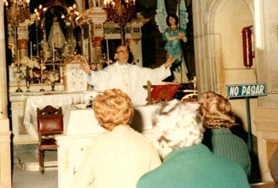 El Padre Novillo durante una misa en la parroquia Regina Martyrum, de Buenos Aires, donde recibía confesiones de los miembros de su comunidad.
