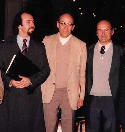 Novillo Paulí y Oscar González Quevedo fueron ambos, parapsicólogos y miembros de la Compañía de Jesús. En la foto junto a Antonio Las Heras durante una conferencia en Buenos Aires, en 1981.
