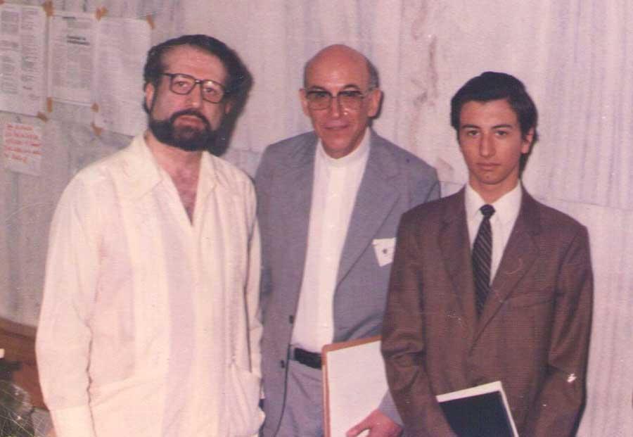 De izq. a der. El psicólogo y sociólogo Naúm Kliksberg, Enrique Novillo Pauli, y Alejandro Parra durante el Encuentro de Parapsicología en la Universidad del Salvador de Buenos Aires, en 1987.