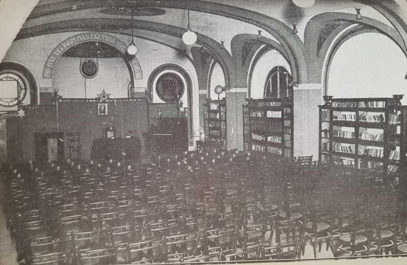 Salón de actos de la antigua Biblioteca Teosófica Argentina en 1918 (en calle Sarmiento 2835). La Sociedad exigía a sus miembros lecturas obligatorias antes de formar parte. Sus miembros compraban o donaban los títulos del fondo editorial de Kier.