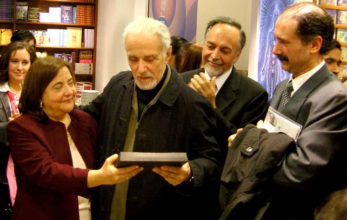 Durante la celebración de los cien años de la Editorial Kier en 2007. De izq. a der. Cristina Grigna, Héctor V. Morel (recibiendo una distinción), Héctor Pibernus y Eduardo Callaey.