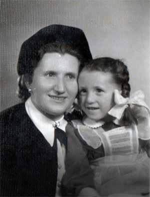 Vera Bein estaba embarazada cuando fue deportada a Auschwitz. Una noche su madre fallecida se le apareció en un sueño e impidió que Vera practicara un aborto. Ella se estuvo oculta hasta que el Ejército Rojo liberó el campamento en 1945, y ambas –madre e hija– sobrevivieron.