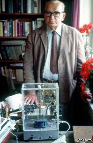 Konstantin Raudive (1909-1974) supuestamente logró grabar decenas de miles de voces. Después de la publicación de su libro Breakthrough (1971), se convirtió en el centro de interés en un círculo internacional de entusiastas. Raudive creía haber grabado a sus familiares fallecidos y también a Adolf Hitler.