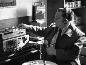 """Raymond Cass grabó lo que creía era la voz de Heinrich Himmler y de supuestos contactos con amigos fallecidos, parientes, y otras figuras históricas importantes. Cass afirmaba que las EVP """"pueden ser una mutación de algún remoto rincón de la mente subconsciente, o un subproducto transitorio de contaminación electromagnética que rodea nuestro planeta."""""""