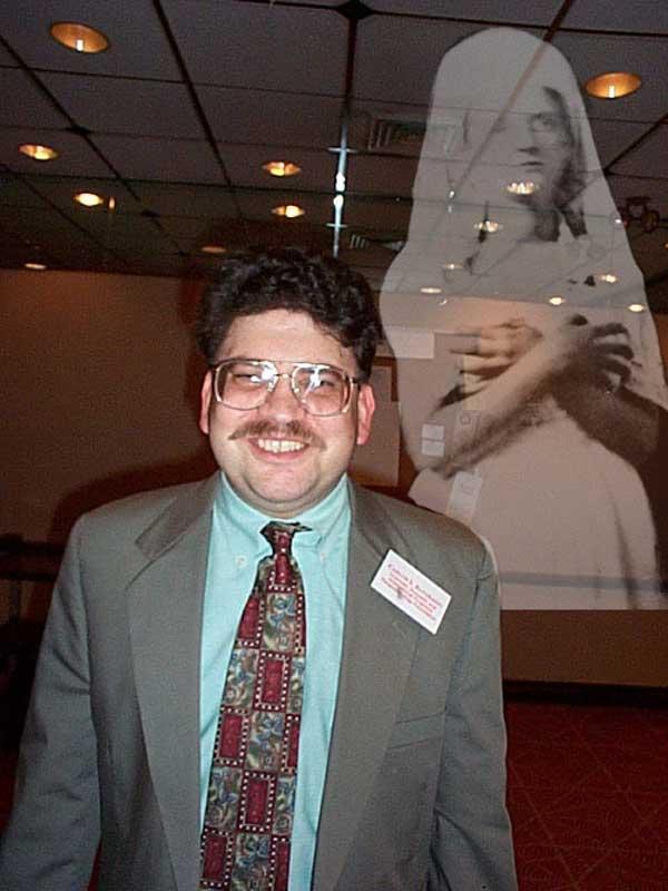 Algunos de sus colegas y amigos, bromearon con un efecto fotografico fantasmal. Imagen del fantasma de Katie King. (foto circa 2000).