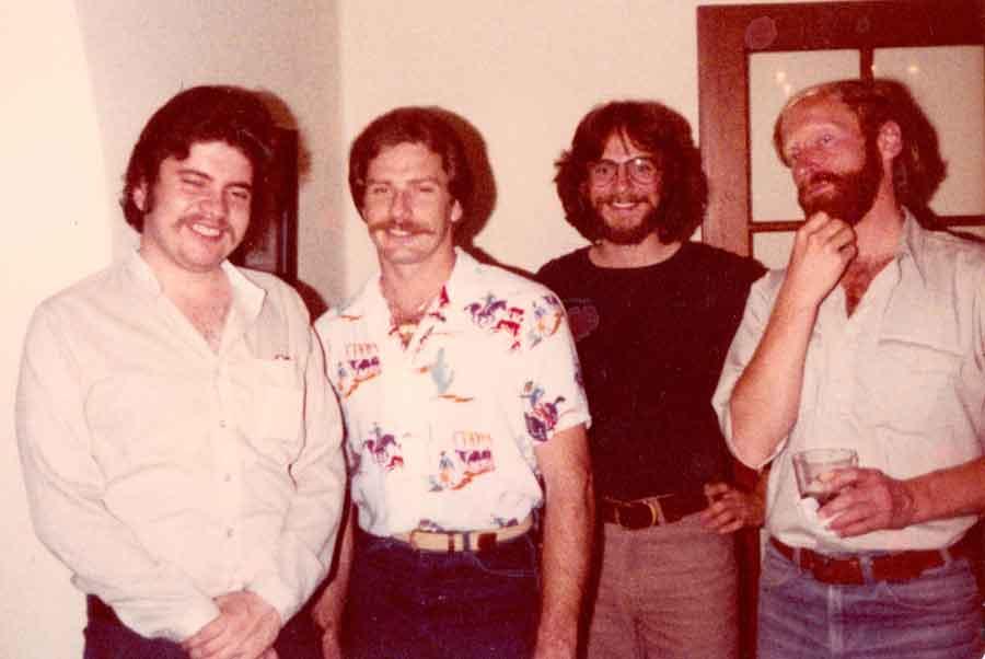 De izq. a der. Carlos Alvarado, de 25 años, y tres compañeros de posgrado. Yo estoy a la derecha (¡con barba por primera y única vez en mi vida!) y junto a mí está nuestro buen amigo, David Hess. Años más tarde, después del JFKU, Carlos obtuvo una maestría en Historia y un doctorado en Psicología, mientras que tanto David como yo hicimos un doctorado en Antropología y enseñamos en la universidad (JFKU, 1978-1980).