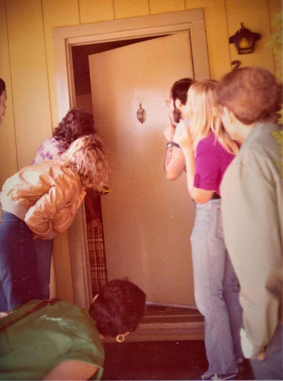 Sorprendiendo a Carolyn Irwin, una compañera de estudios. A la derecha: Loyd Auerbach, en la puerta, Diane Murray y el Dr. John Palmer en la parte de atrás. Loyd Auerbach dedicó su vida a enseñar y publicar en parapsicología desde los tiempos de la JFKU. A la izquierda: David Hess en la puerta y Frances en la parte inferior izquierda. Carlos está detrás de David, aquí fuera de la vista, ¡pero pegado a la puerta! (JFKU, 1978-1980).
