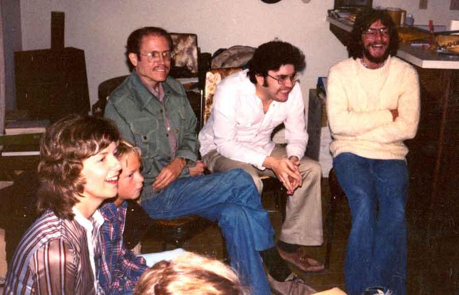De izquierda a derecha: Carolyn Irwin (y su hijo), el Dr. John Palmer, Carlos, quien – como se puede ver – está muy enganchado y ama cada segundo, y David Hess. Cuando el Dr. Palmer dejó JFKU para retornar al laboratorio de J.B. Rhine en la FRNM, nos pidió a Carolyn Irwin y a mí que dirigiéramos y enseñáramos el programa de maestría en JFKU, lo cual hicimos entre 1981 a 1983 (JFKU 1978-1980).