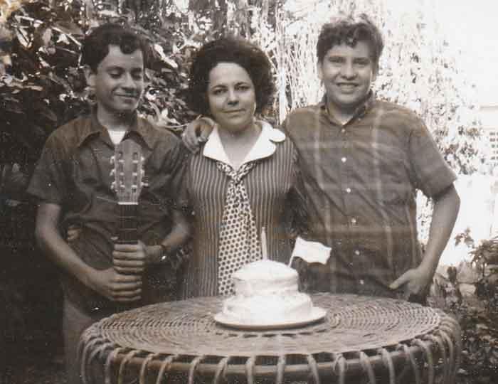 Los hermanos Alvarado junto a su madre, en su cumpleaños.
